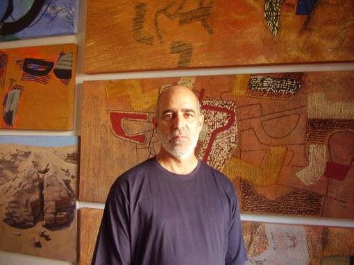 Una de sus obras más visibles es el mural cerámico al final de la Vía Expresa en Miraflores. (Foto: J. Fowks)